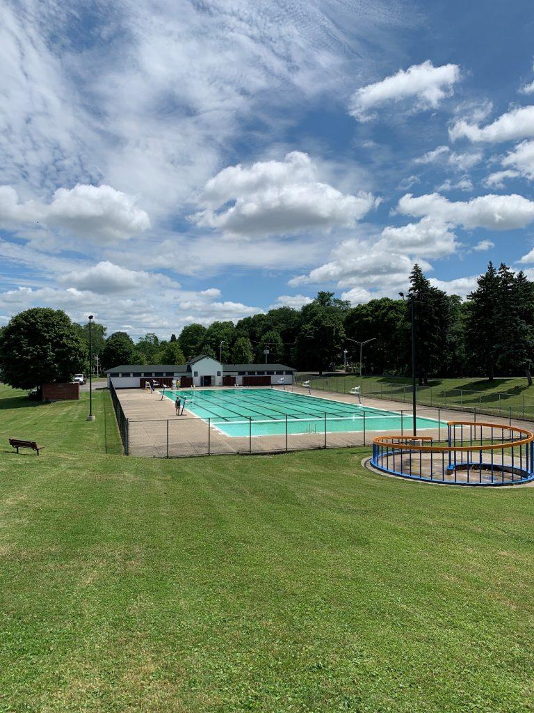 Бассейн в Торнден-парке в г. Сиракузы, США (фото 21 июля 2020 г.)