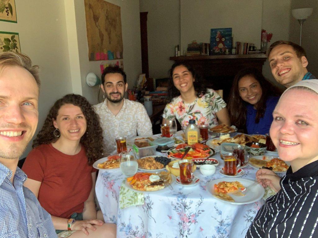На турецком завтраке у Шуле. Слева-направо: Юра, Анемона, Зейд, Шуле, Шанель, Майкл, Наталия. Сиракузы, 16 июля 2020 г.