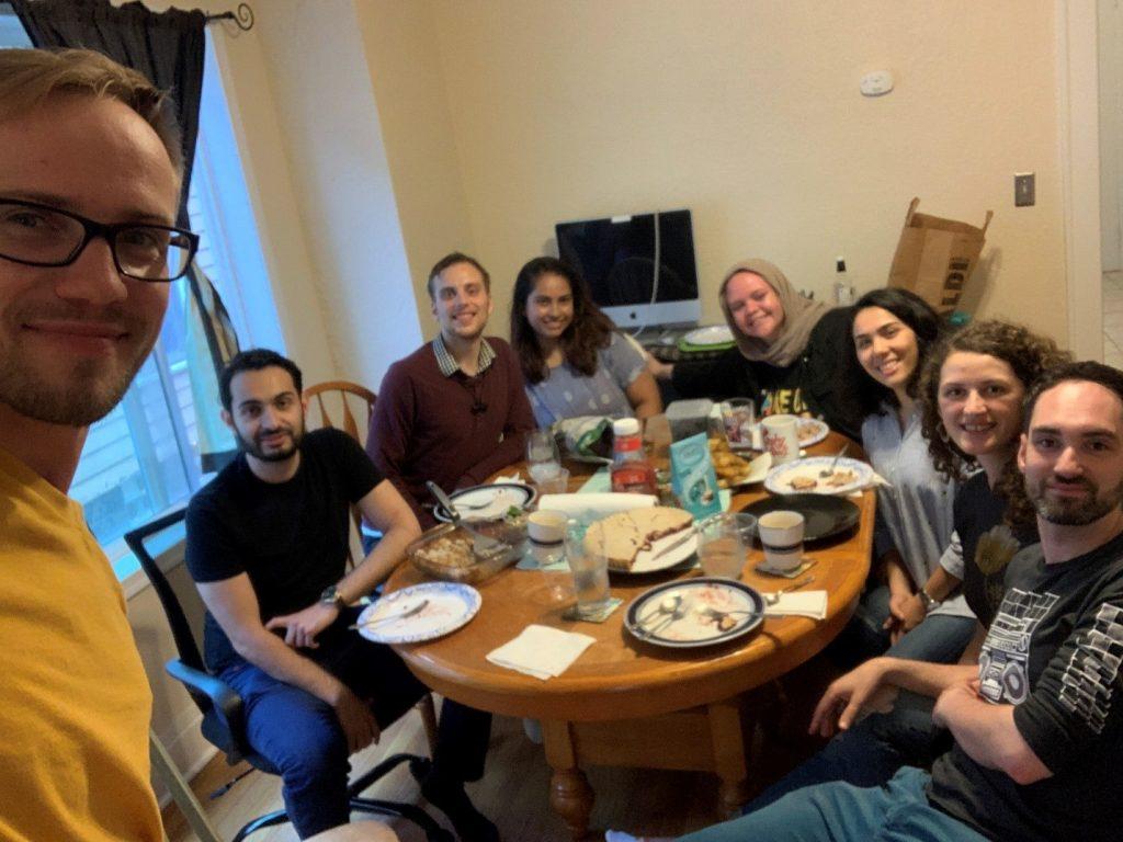 Ужин у Шанель. Слева-направо: Юра, Зейд, Майкл, Шанель, Наталия, Шуле, Анемона, Майкл. Сиракузы, 29 июня 2020 г.