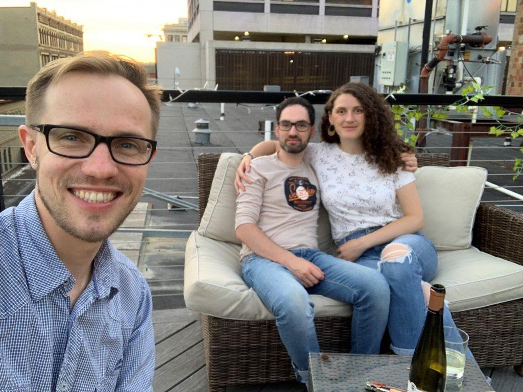 На крыше домика, где живут Анемона (Косово) и её парень Майкл (Италия). 15 июля 2020 г.