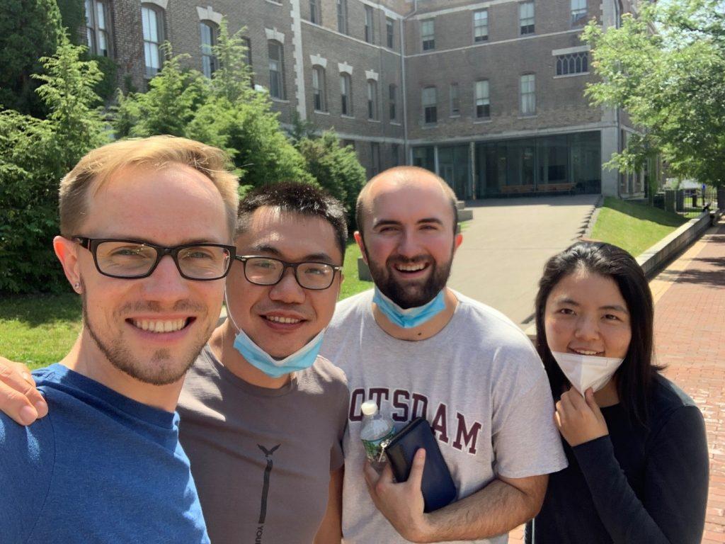 Слева-направо: Юра, Пейтао (Китай), Дэвид (США), Ишэнь (Китай). Пейтао уезжает в щтат Мичиган. 18 июля 2020 г., около Школы Образования (Сиракузский университет)