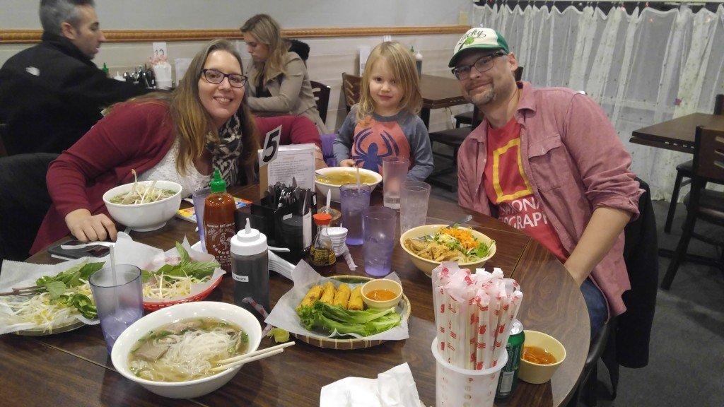 С Джоном, Натали и Хлоей едим суши 1
