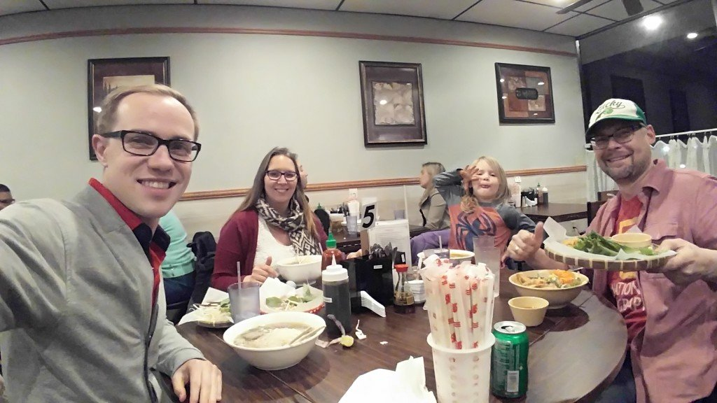 С Джоном, Натали и Хлоей едим суши 2